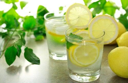 Лимонная вода по утрам: в чем польза?