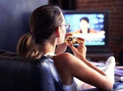 Опасность просмотра ТВ во время еды