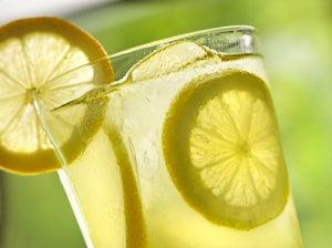Лимонная вода входит в список лучших жиросжигателей
