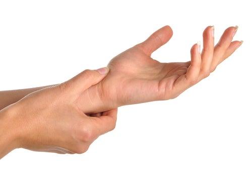 Боль в руках и запястьях: возможные причины