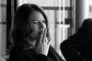 женщина-курящая