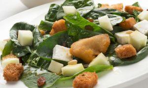 Сбалансированный ужин: салат со шпинатом и индейкой