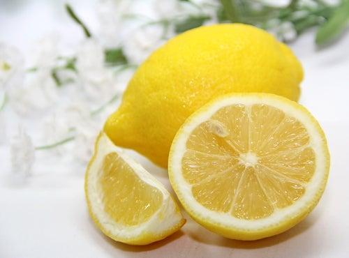 Быстро избавиться от черных точек поможет лимон