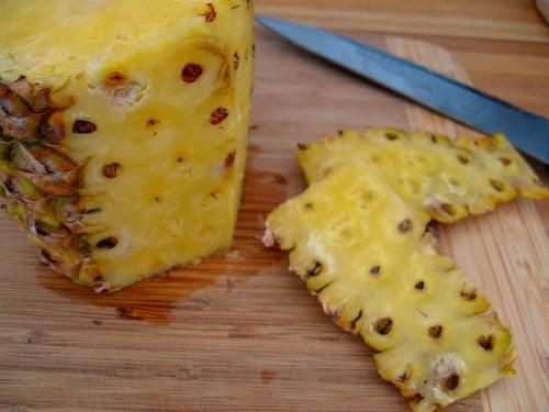 Не надо выбрасывать кожуру ананаса