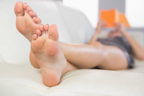 Использовать яблочный уксус для ухода за кожей ног