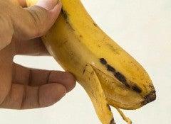 Otbelit-zubi-bananom-500x335
