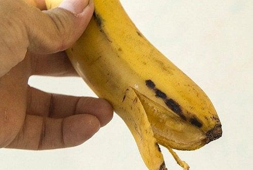 Как отбелить зубы с помощью банановой кожуры?