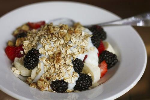 полноценный завтрак: овсяные хлопья, свежие фрукты, орехи, кофе