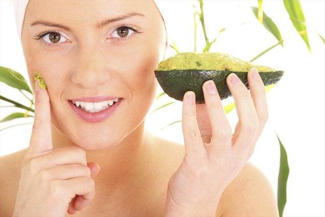 Маска из авокадо поможет подтянуть щеки