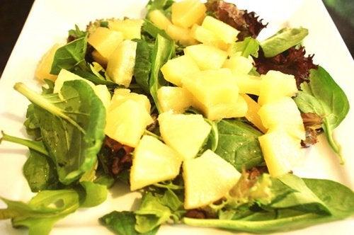 salat-shpinat-ananas-500x332