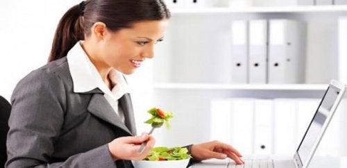 Обед в офисе вызывает вздутие