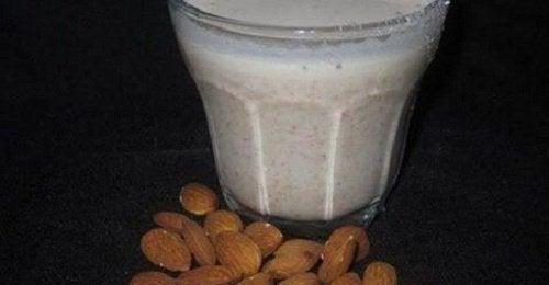 Миндальное молоко: 8 полезных для здоровья свойств