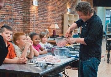 Известный шеф-повар Джейми Оливер в своей программе Food Revolution решил подробно познакомить телезрителей с процессом изготовления наггетсов. Он продемонстрировал, каким образом готовится это любимое многими блюдо.