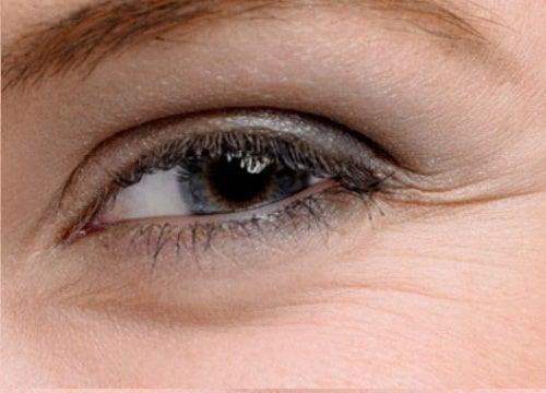 Уход за кожей вокруг глаз: 5 домашних кремов
