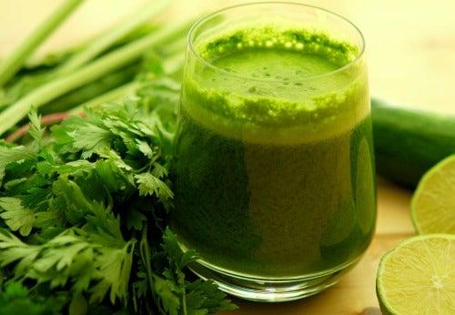 Зеленый щелочной коктейль поможет снизить кислотность