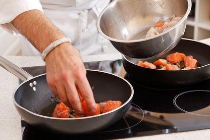 Какую опасность таят тефлоновая и пластиковая посуда?