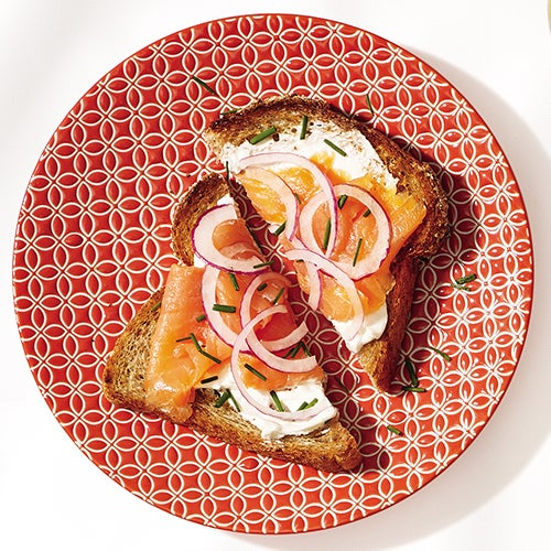 Тост с лососем на завтрак