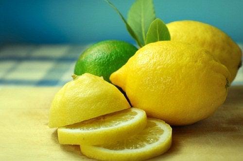 Лимон и натуральный напиток
