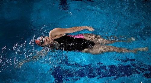 Плавание - хорошая профилактика отеков ног
