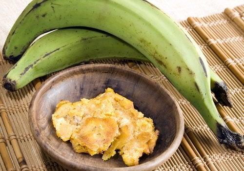 Незрелые бананы и спелые бананы