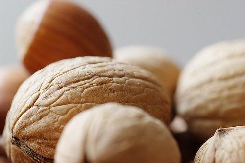 Орехи и дряблая кожа рук