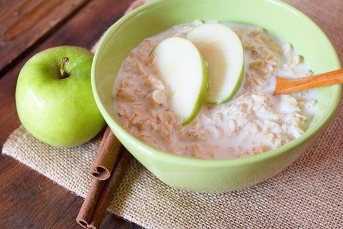 Овсянка с зеленым яблоком снизит уровень холестерина в крови