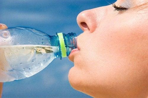 Пить бутилированную воду