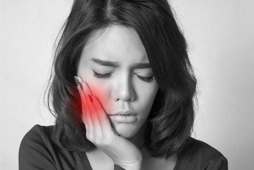 Привычка грызть ногти вредна для зубов