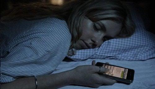 Спать рядом с телефоном