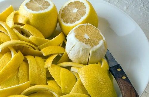 Как лечить боль в суставах при помощи лимонной цедры