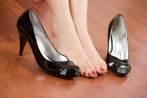Эти хитрости помогут вам забыть о боли в ногах и неудобной обуви!