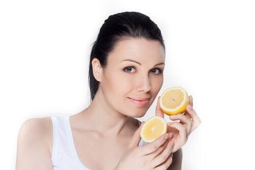 Сок лимона уберет темные пятна