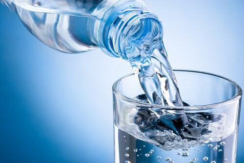 Недостаточное потребление воды влияет на желудок