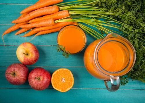 Смузи из моркови и яблока