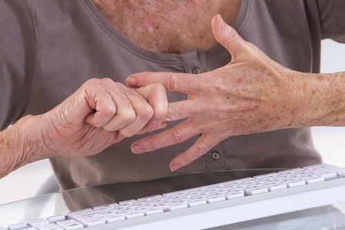 Как облегчить боль при артрите: 7 упражнений для рук