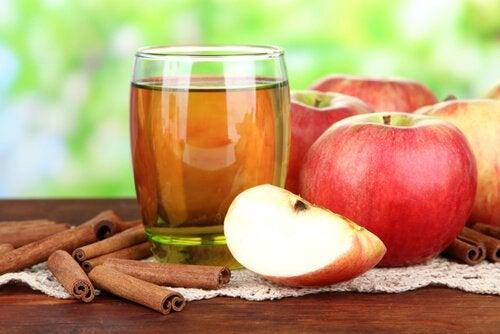 Вода из яблока и корицы