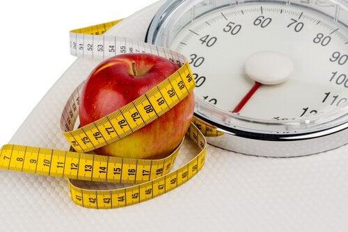 Потребление яблок помогает похудеть