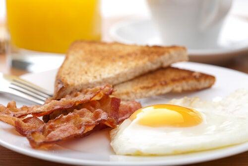 Яичница и свежие яйца