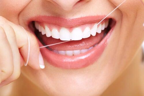 Зубная нить удаляет зубной налет