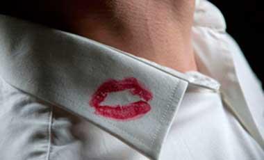 Следы поцелуев на одежде могут говорить о том что была измена