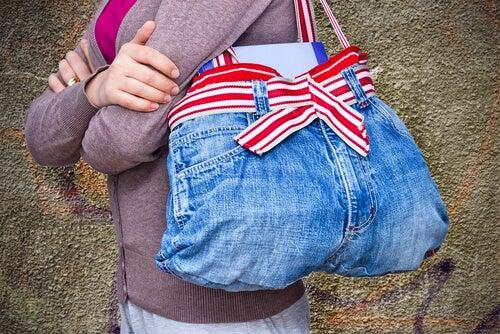 Старые джинсы можно использовать повторно