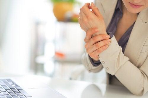 Почему бывает боль при артрите