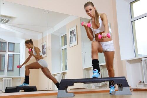 Степ тренирует стройные и красивые ноги