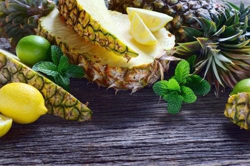 Сок из сельдерея, ананаса, огурца, имбиря и лимона