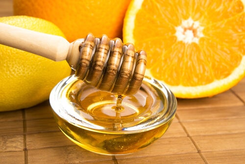 Апельсин и мед увлажняют руки