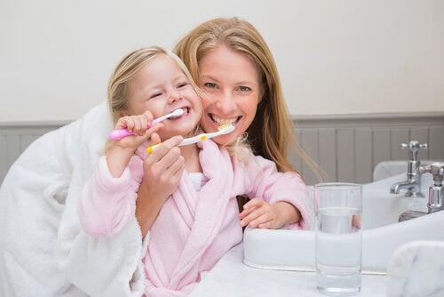 Правильно чистить зубы и кариес