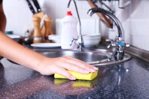 Губка для мытья посуды - источник бактерий!