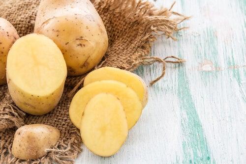 Картофель уберет бородавки