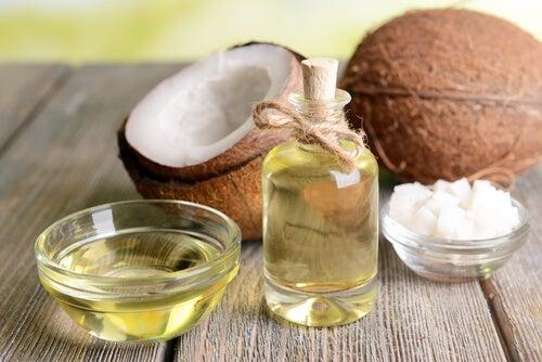 Кокосовое масло и сухая кожа рук