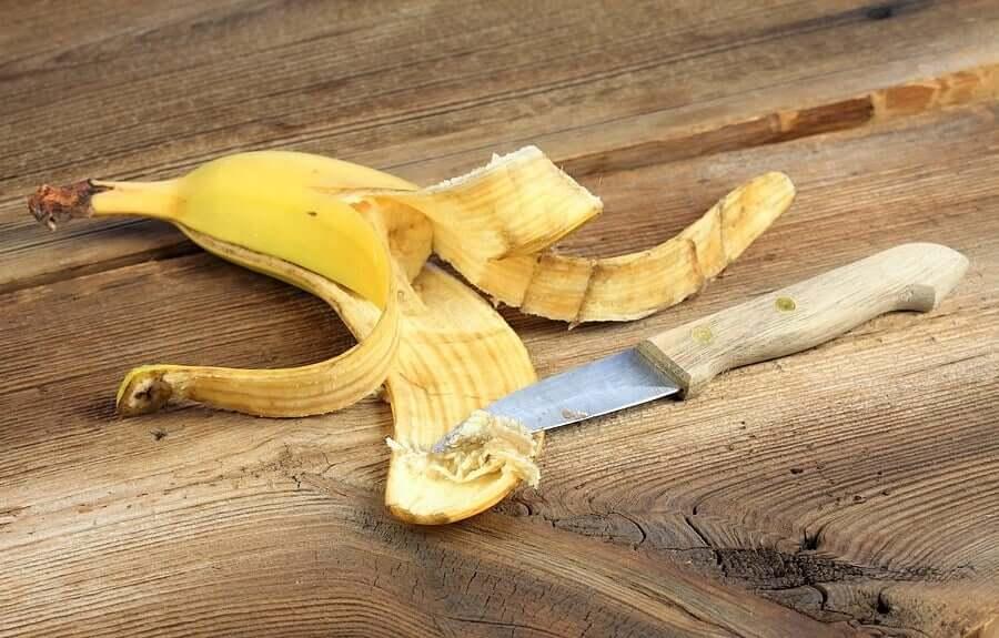 Нож и банановая кожура